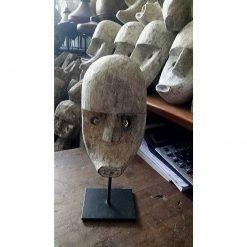 Petit masque sur socle façonné en bois - à Bali